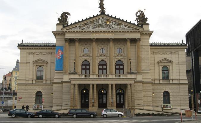 Opona za 100 tisíc. Národní divadlo prodává původní výzdobu Státní opery