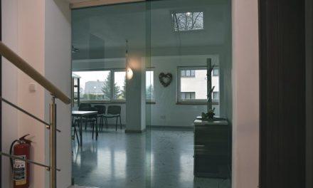 Sklo jako efektní i efektivní předěl interiérových prostor