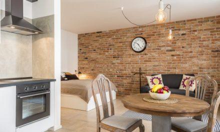 Designový byt k pronájmu láká návštěvníky na exkluzivní adresu i své umístění v objektu s bohatou historií