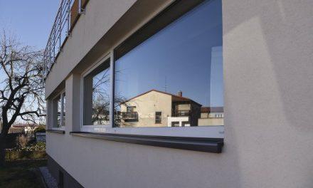 Neobvyklá rekonstrukce: Překvapují okna jako zdroj energie i stropní vytápění