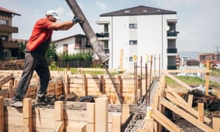 Opatření proti epidemii zasáhla stavebnictví i průmysl. Brzdí nové byty i výrobu aut