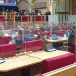 Jako v kleci. Pražské zastupitele chrání plexisklo za půl milionu