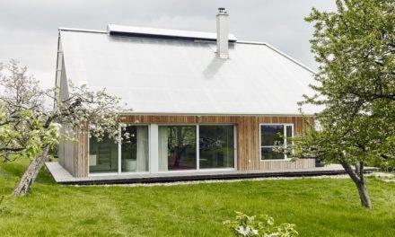 Dům uprostřed jabloňového sadu má místo střechy skleník