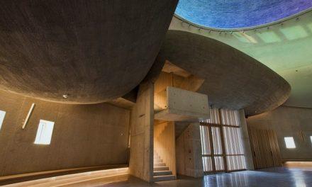 Brněnskou Lesnou zdobí nový futuristický kostel tvořený pohledovým betonem a barevným prosklením