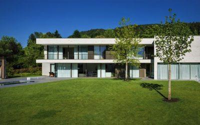 Rodinný dům má přízemí s obrovskou prosklenou stěnou o délce třicet metrů