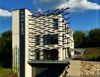 Sídlo projekčního ateliéru s vodním prvkem na fasádě a industriálním interiérem slouží jako vizitka firmy