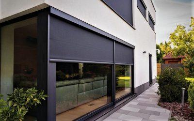 Účinné stínění oken pomocí minimalistických screenů