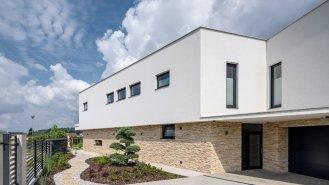 Strohé geometrické linie domu ze skla a cihel
