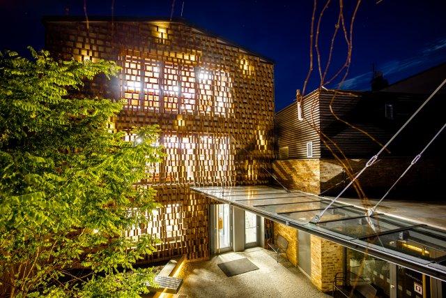 Cihelný fasádní systém zkrášluje knihovnu v severočeském trojmezí a uchovává ducha místa