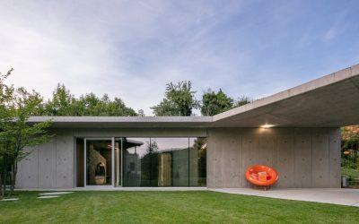Oceňovaný betonový rodinný dům se zelenou střechou a zahradou bez hranic