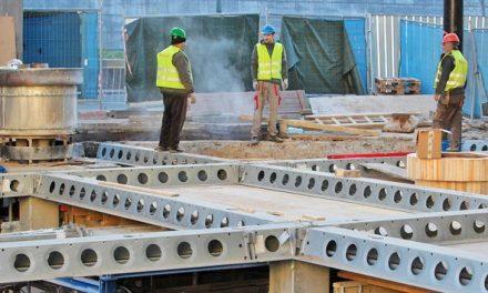 Podlahu pod Vřídlem podrží ocelové nosníky, do kolonády se vrátí v květnu