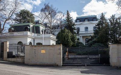 Praha chce zrušit parkovací místa u ruské ambasády, Moskva už to udělala