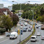 Než dojde na tunel, mají silnici V Holešovičkách zklidnit stromy a trolejbus
