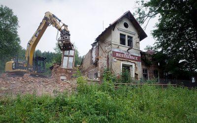 Pod Ještědem začala demolice bývalého hostince Berlín, vyrostou tu apartmány