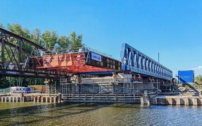 Po novém mostě v Čelákovicích projel první vlak, stavba trvala rok a půl